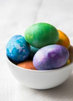How to Dye Easter Eggs by Jelly Toast