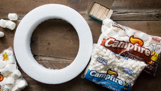 how to make a marshmallow wreath | jellytoastblog.com