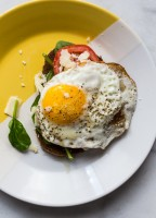 Fried Egg Spinach and Tomato on Toast | JellyToastBlog.com