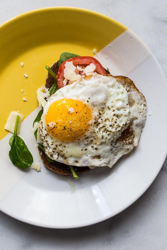 Crispy Egg Tomato Spinach Toast | JellyToastBlog.com