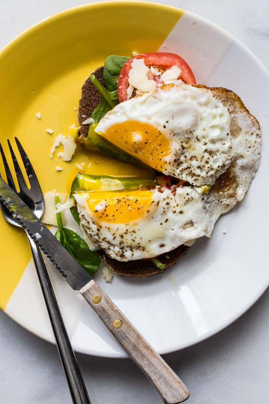 Crispy Egg Tomato and Spinach on Toast | JellyToastBlog.com
