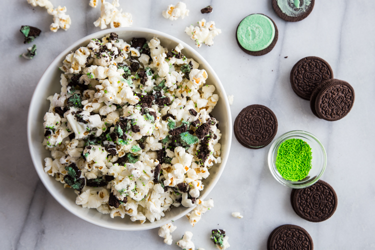 Mint Cookies and Cream Popcorn | JellyToastBlog.com