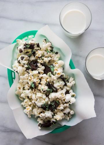 Mint Cookies and Cream Popcorn | JellyToastBlog.com