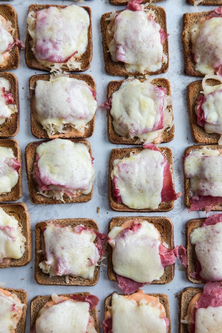 Mini Reuben Toasts | JellyToastBlog.com