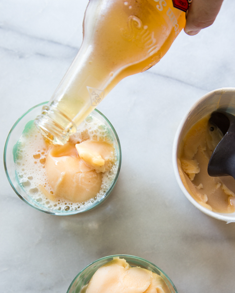 Cream Soda Peach Floats | JellyToastBlog.com