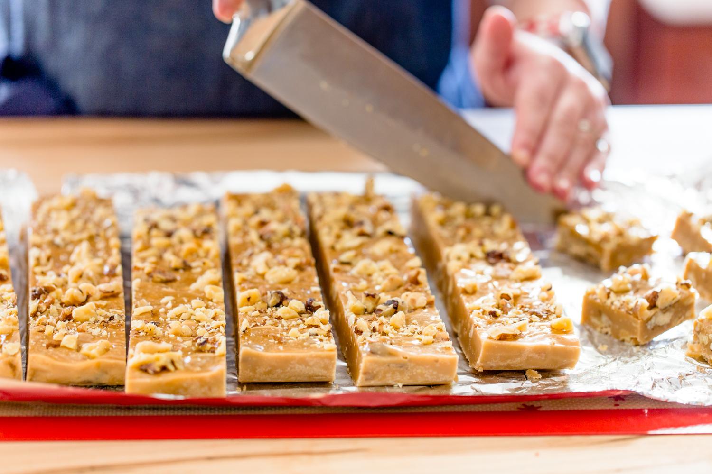Gingerbread Marshmallow Fudge with white chocolate and walnuts jellytoastblog.com