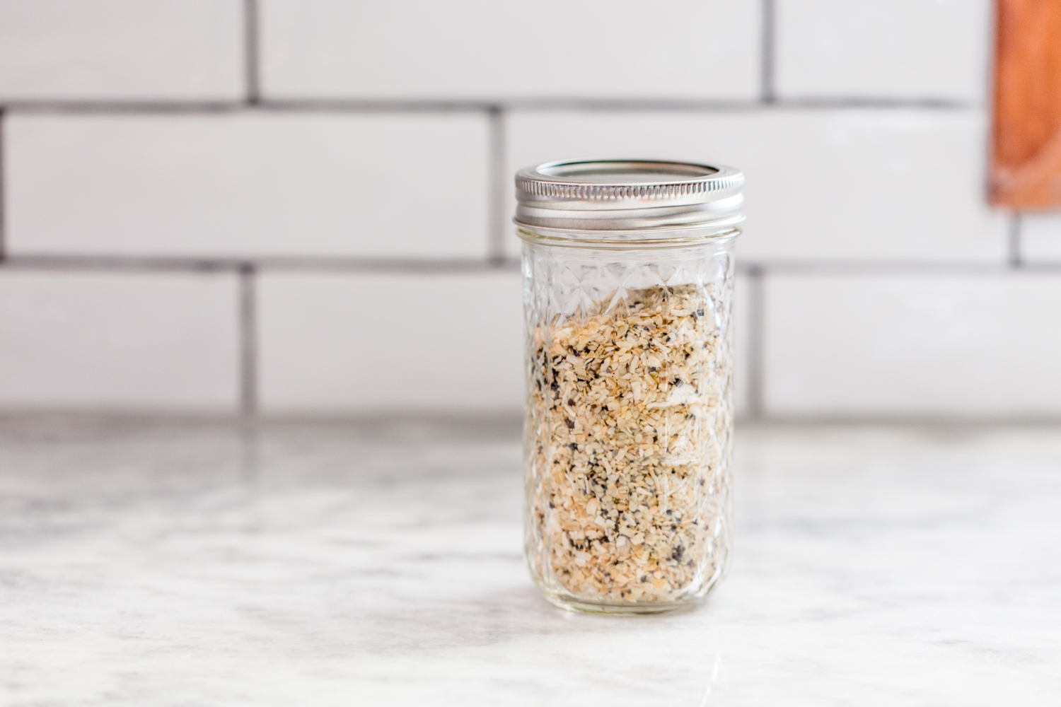 everything bagel seasoning in jar on marble countertop